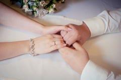 Пары рук владением любовников Стоковое Изображение