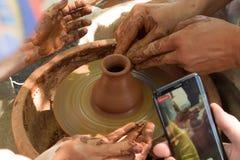2 пары рук в рамке на закручивая каменной вазе сделанной  стоковые фото