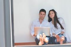пары самонаводят компьтер-книжка используя детенышей Стоковое Фото