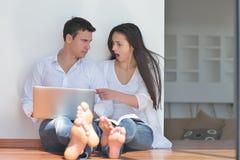 пары самонаводят компьтер-книжка используя детенышей Стоковая Фотография
