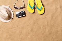 Пары сандалий, солнечных очков, шляпы и камеры темпового сальто сальто Стоковая Фотография RF