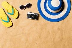 Пары сандалий, солнечных очков, шляпы и камеры темпового сальто сальто Стоковая Фотография