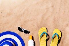 Пары сандалий, солнечных очков, шляпы и солнцезащитного крема темпового сальто сальто Стоковая Фотография RF