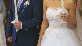 Пары свадьбы держа горящие свечи конец вверх видеоматериал