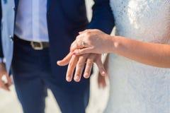 Пары свадьбы на пляже идя прочь Затишье и романтичный белый песчаный пляж для назначения медового месяца и предпосылки влюбленнос стоковые изображения rf