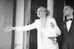 пары свадебной церемонии стильные в старой церков Стоковая Фотография