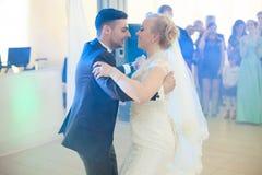 пары свадебной церемонии стильные в старой церков Стоковое Фото