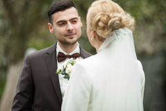 пары свадебной церемонии стильные в старой церков Стоковые Фотографии RF