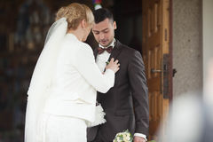 пары свадебной церемонии стильные в старой церков Стоковые Изображения RF