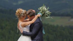 Пары свадьбы в горах сток-видео