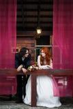 Пары свадьбы в деревенском стиле Стоковые Изображения