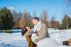 Пары свадьбы в показном вянут день, один другого удерживания, имеющ потеху dansing деревенское платье свадьбы краткости стиля Брю Стоковая Фотография