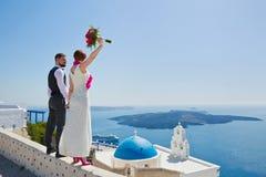 Пары свадьбы в Santorini, Греции Стоковая Фотография RF