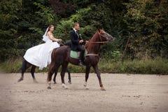 Пары свадьбы на лошадях Стоковая Фотография
