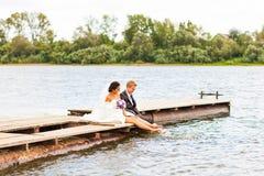 Пары свадьбы на пристани около большого озера Стоковая Фотография