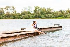 Пары свадьбы на пристани около большого озера Стоковая Фотография RF