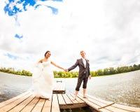 Пары свадьбы на пристани около большого озера Стоковые Изображения RF
