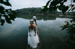 Пары свадьбы на старой деревянной пристани стоковое изображение rf