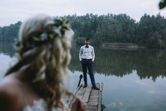 Пары свадьбы на старой деревянной пристани стоковая фотография rf