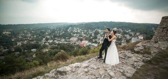 Пары свадьбы представляя для камеры стоковые фото