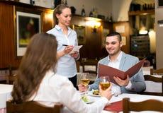 Пары семьи в ресторане стоковая фотография rf