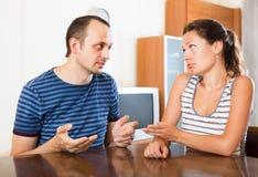 Пары семьи имея серьезный переговор Стоковое Изображение