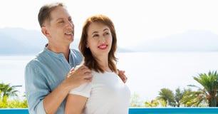 Пары семьи среднего возраста на курорте каникул на предпосылке моря Перемещение людей лета к тропическому пляжу Отдых летнего вре стоковые фотографии rf