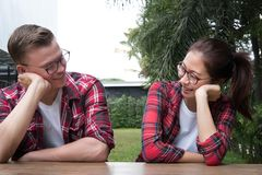 пары сидя совместно датировка парня & подруги в valent стоковые изображения rf