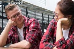 пары сидя совместно датировка парня & подруги в valent стоковая фотография rf