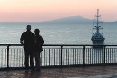 Пары силуэта пожилые наблюдая заход солнца океан моря, концепция пенсии и каникулы, перемещение в океанском лайнере старости боль стоковые изображения rf