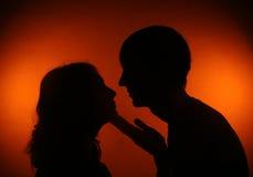 Пары силуэта смотря один другого стоковые фото