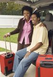 Пары сидя в ботинке автомобиля Стоковая Фотография RF