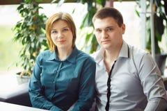 Пары сидя в кафе Стоковое Изображение