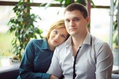 Пары сидя в кафе Стоковые Фотографии RF
