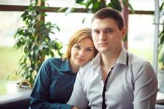 Пары сидя в кафе Стоковое фото RF