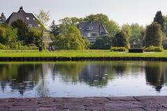 Пары сидя в парке Стоковое Изображение RF