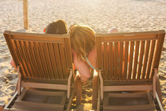 Пары сидя на креслах для отдыха Стоковое Изображение