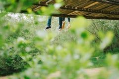 Пары сидя на мосте Стоковые Изображения RF