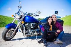 Пары сидя на дороге с винтажным мотоциклом Стоковая Фотография