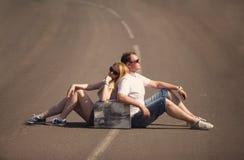 Пары сидя на дороге Стоковые Изображения RF