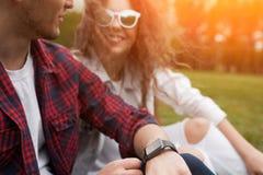 Пары сидя на траве на солнечный день Стоковое фото RF