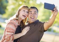 Пары смешанной гонки принимая портрет Selfie с Smartphone Стоковое Изображение RF