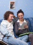Пары смотря альбом семьи Стоковое фото RF