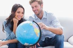 Пары смотря глобус стоковое фото rf