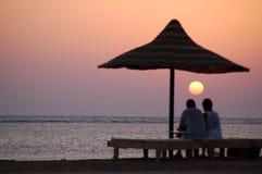 пары смотря заход солнца моря Стоковое Изображение RF