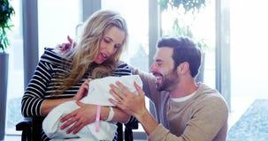 Пары смотря их newborn младенца акции видеоматериалы