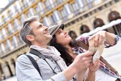 Пары смотря карту города Стоковое Фото