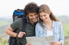 Пары смотря карту Стоковое Изображение RF