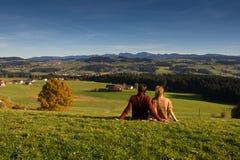 Пары смотря красивый ландшафт осени от Баварии Германии Стоковые Изображения