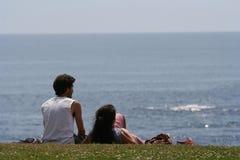 пары смотря море Стоковое Фото